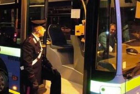 Lanciano pallini da soft air all'autista del bus