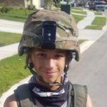 Ragazzino si abbiglia come un soldato: arriva la polizia