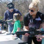 Spara al figlio con l'ASG per insegnargli la sicurezza