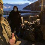 Softgunner ripuliscono la spiaggia da plastica e rifiuti